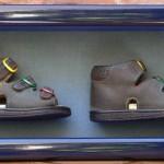 Az első cipő dobozkeretben