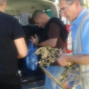 A kincsek bepakolása az autóba